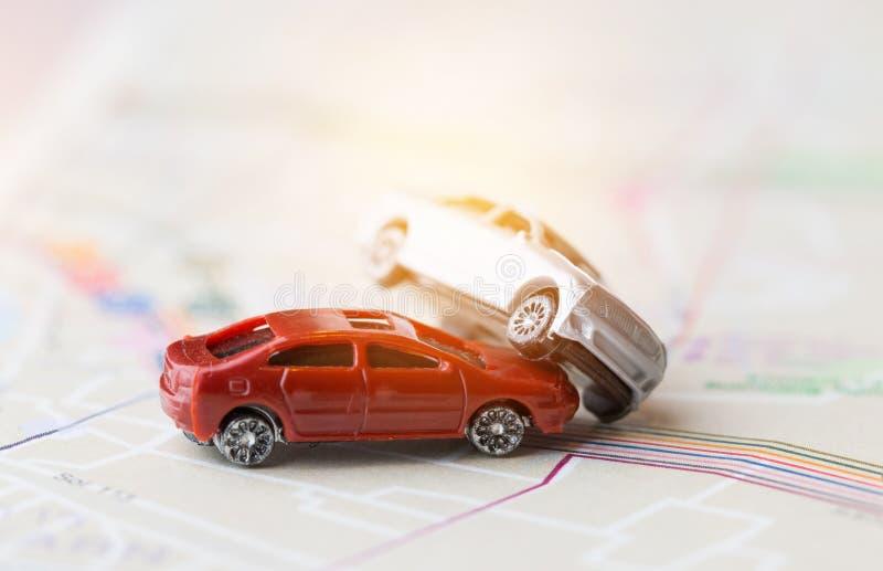 Dwa samochod?w wypadku Miniaturowy trzask na drodze, asekuracyjnej skrzynce i ?amaj?cym zabawka auto samochodzie dalej na Bangkok obrazy royalty free