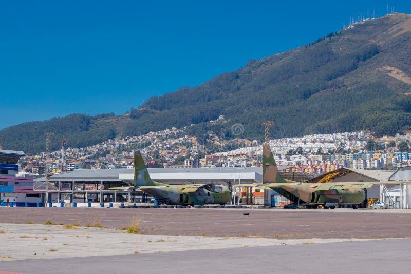 Dwa samolotu porzucającego, ten przestrzeń używali być lotniskiem Za ładnym widokiem miasto i góra fotografia royalty free