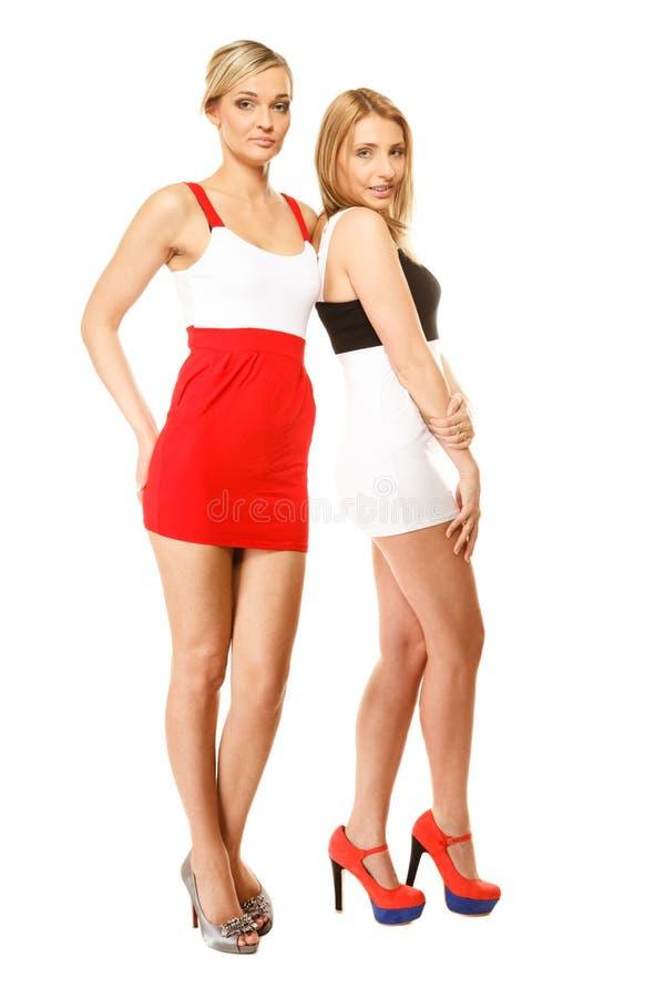 Dwa seksownej mody kobiety w lecie odziewają zdjęcie stock