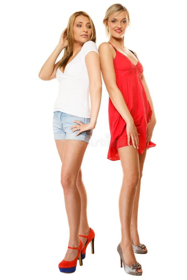 Dwa seksownej mody kobiety w lecie odziewają zdjęcia stock