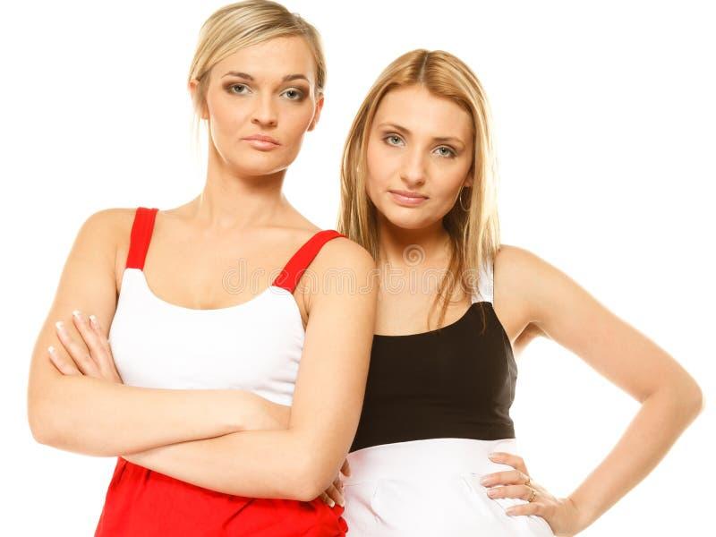 Dwa seksownej mody kobiety w lecie odziewają zdjęcie royalty free