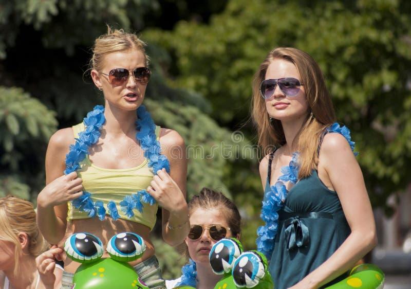 Dwa seksownej szkoły wyższa dziewczyny z plaż zabawkami i Hawaje girlandami zdjęcia stock