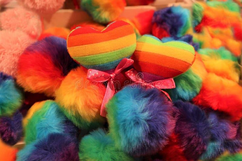 Dwa serca kolor homoseksualista zaznaczaj? na stubarwnym tle LGBT fotografia stock