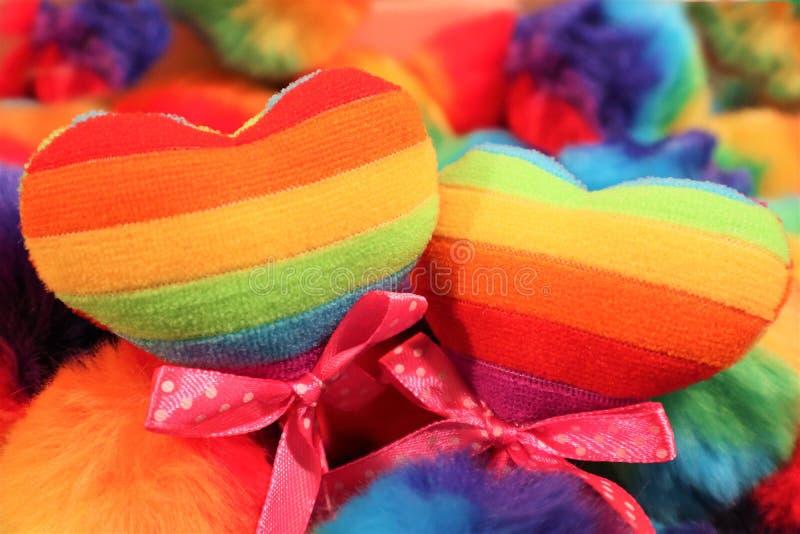 Dwa serca kolor homoseksualista zaznaczaj? na stubarwnym tle LGBT poj?cie fotografia royalty free