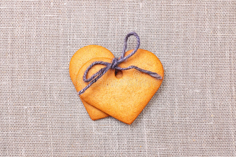 Dwa serca kształtnego piernikowego ciastka zdjęcie royalty free