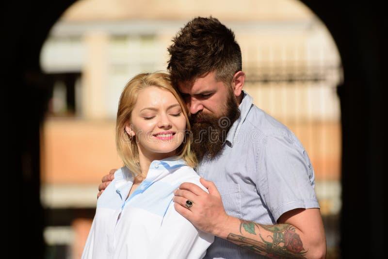 Dwa serca pełno miłość Zmysłowa kobieta i mężczyzna cieszymy się romantyczną datę Brodatego mężczyzny uściśnięcia seksowna dziewc zdjęcia royalty free