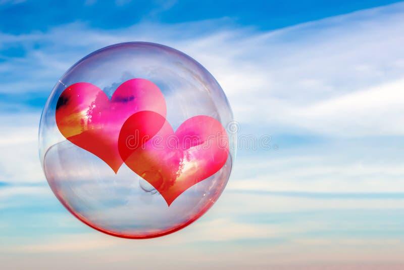 Dwa serca w mydlanym bąblu przeciw niebu Pojęcie związek para w miłości abstrakcyjny tło obrazy royalty free