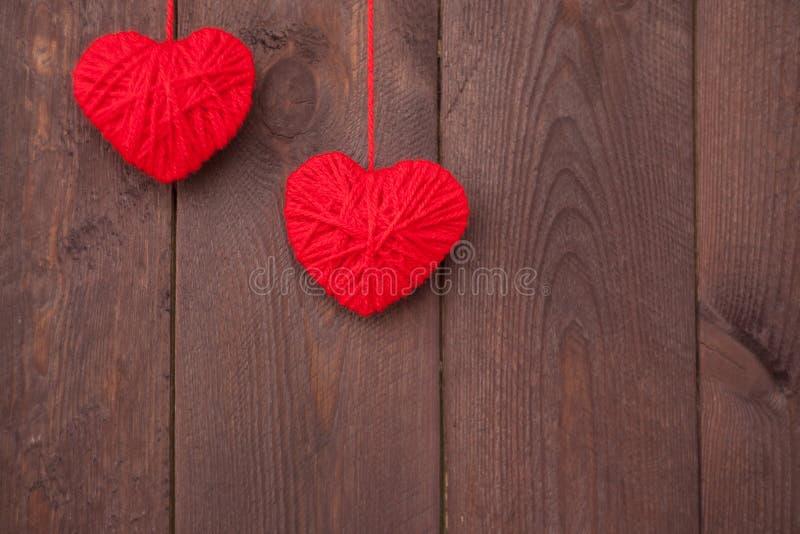 Dwa serce robić czerwona wełny przędza na drewnianym tle Walentynki ` s dnia pojęcie zdjęcie royalty free