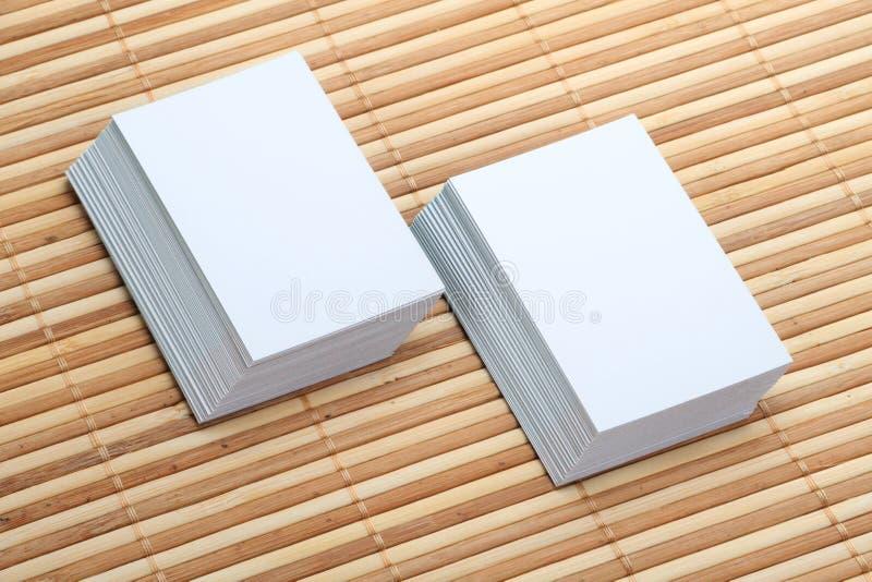 Dwa set Pusta wizytówka na Drewnianym tle fotografia stock