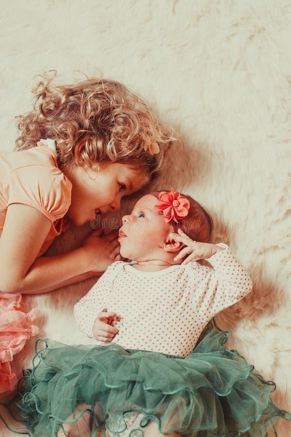 Dwa siostr spojrzenie obraz royalty free