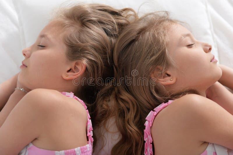 Dwa siostra bliźniaków spać obraz stock