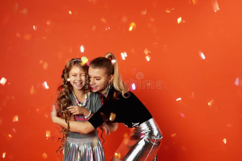 Dwa siostry ma zabawę i świętować Wielcy związki rodzinni, przyjaźń Świętowanie nowy rok i urodziny zdjęcia stock