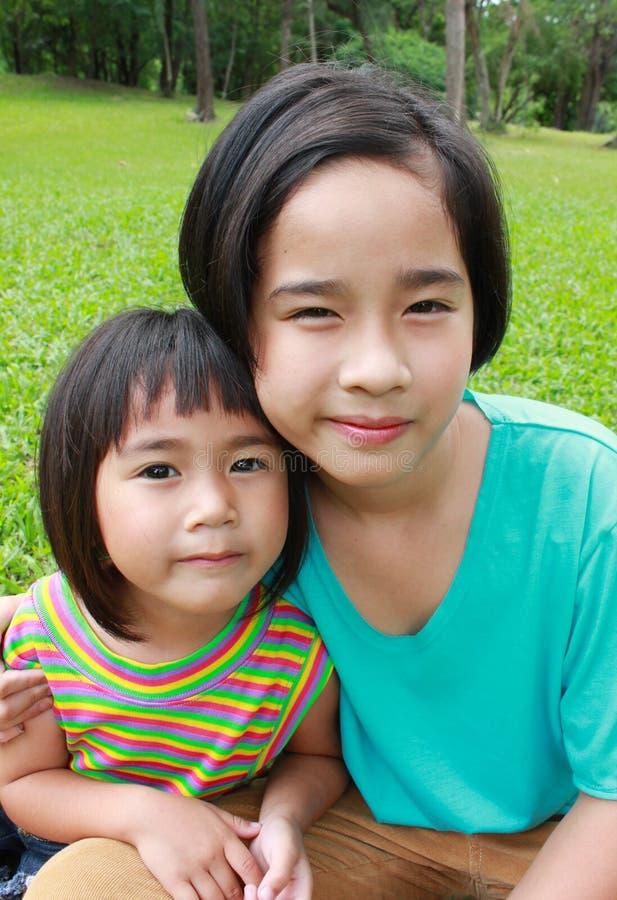 Dwa siostry wiesza w parku obrazy royalty free
