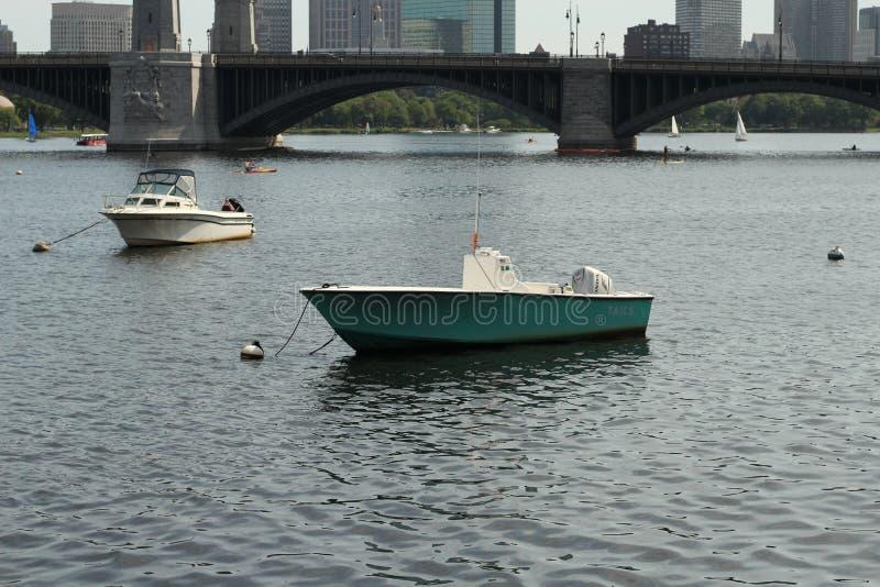 Dwa skifów typ łódkowaty żeglowanie z mostem w tle fotografia royalty free