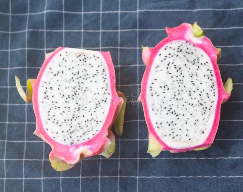 Dwa smok owoc połówki na stołowym płótnie obrazy stock