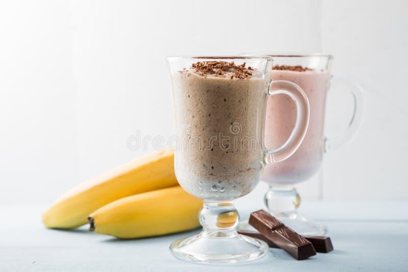 Dwa smoothies czekolada, banany i truskawka, zdjęcie royalty free