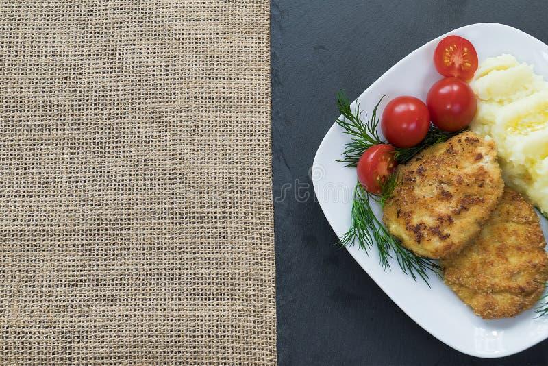 Dwa soczystego smażącego mięsnego pasztecika na białym talerzu zdjęcia stock