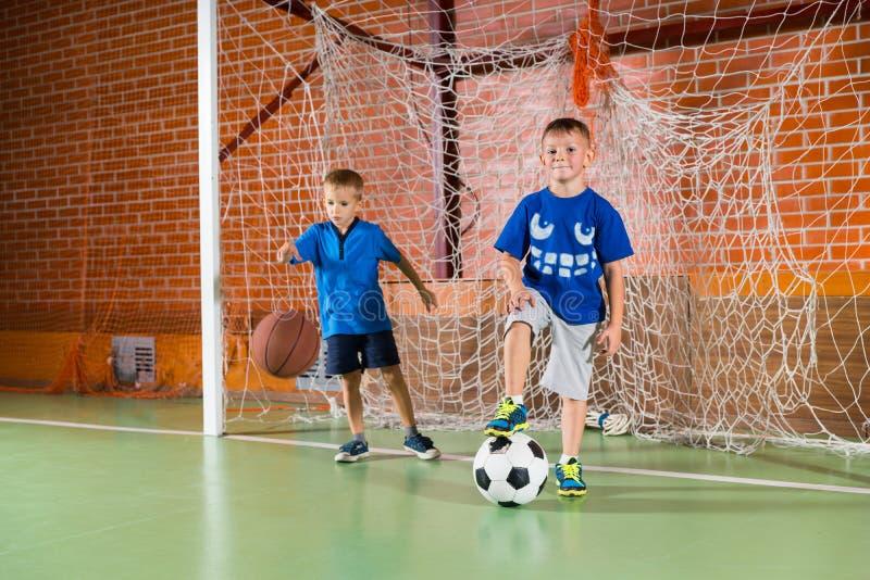 Dwa sporty młodej chłopiec na salowym sądzie obrazy stock