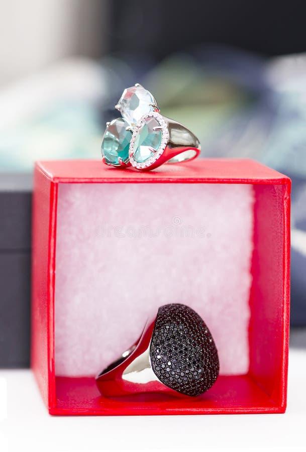 Dwa srebnego biżuterii pudełka i pierścionki zdjęcia royalty free