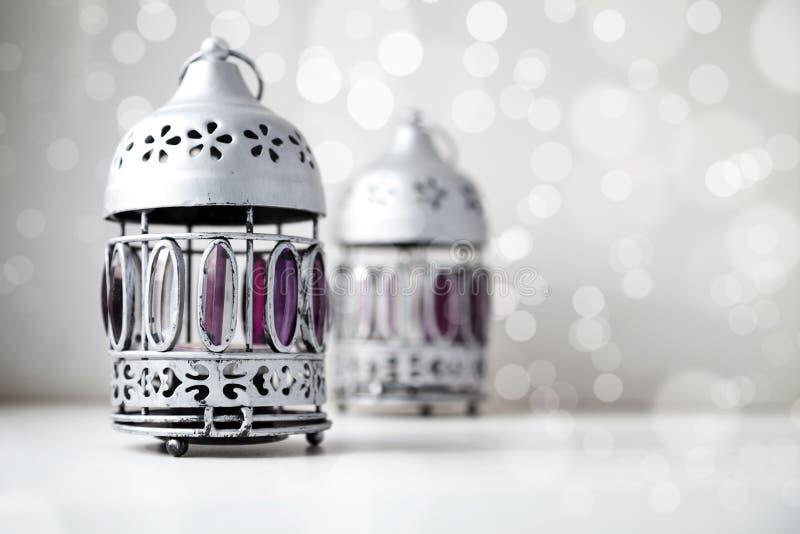 Dwa srebro, podławy, rocznik, stylowi świeczka właściciele na białym błyszczącym bokeh tle obraz stock