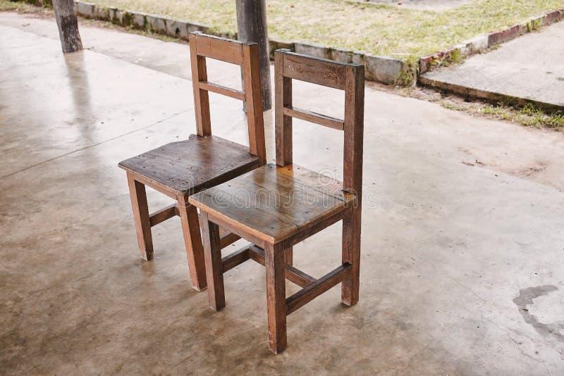 Dwa starego drewnianego krzesła w wiejskiej szkole obraz royalty free
