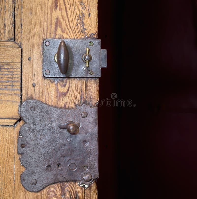 Dwa starego kędziorka w drewnianym drzwi obraz stock