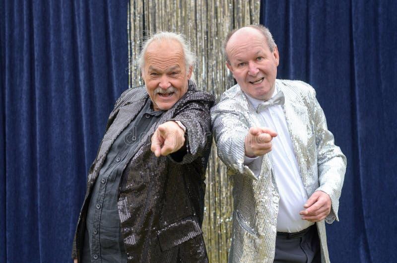 Dwa starego mężczyzna daje skocznemu scena występowi zdjęcie royalty free