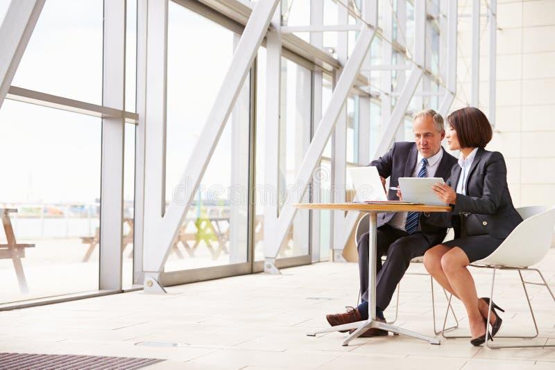 Dwa starszego biznesowego kolegi przy spotkaniem w nowożytnym wnętrzu obrazy royalty free