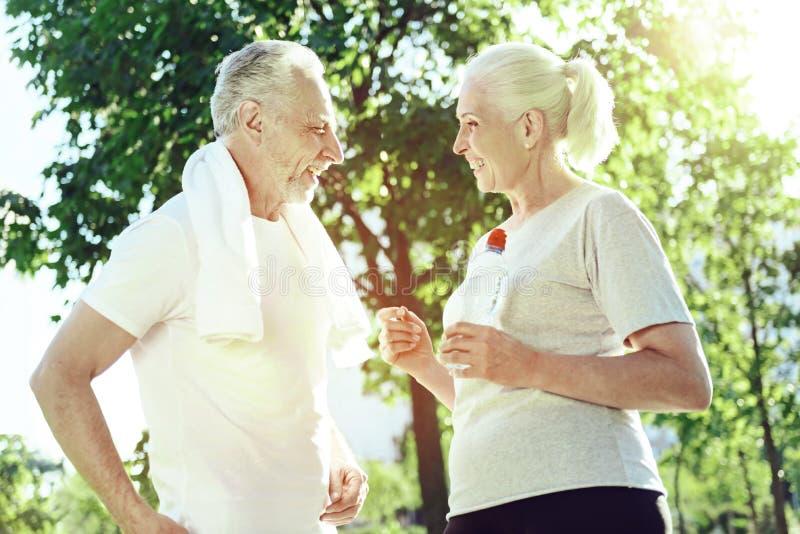 Dwa starszego ludzie opowiada w parku zdjęcia stock