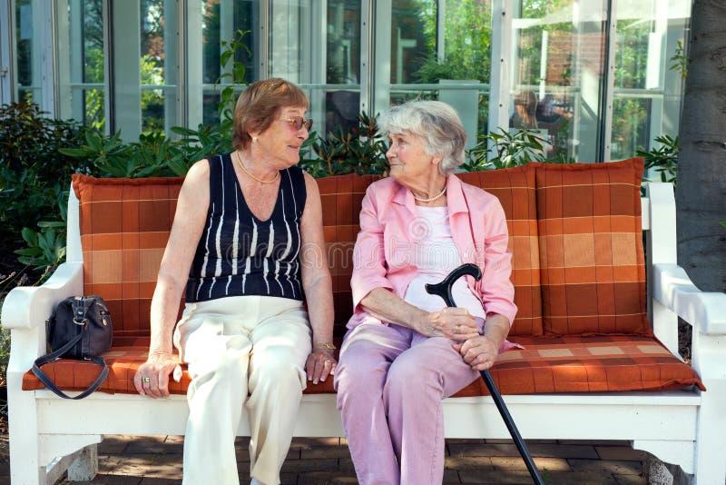 Dwa starszej damy cieszy się relaksującą gadkę zdjęcia stock
