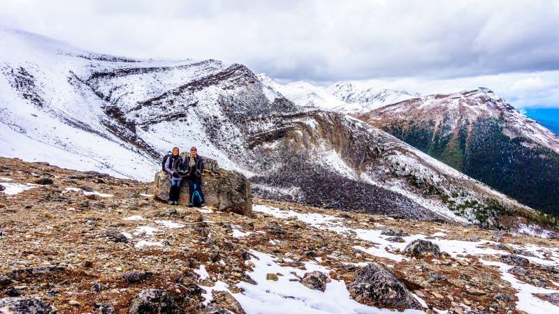 Dwa starszej kobiety cieszy się widok na górze Whistlers halnych w Jaspisowym parku narodowym zdjęcie stock