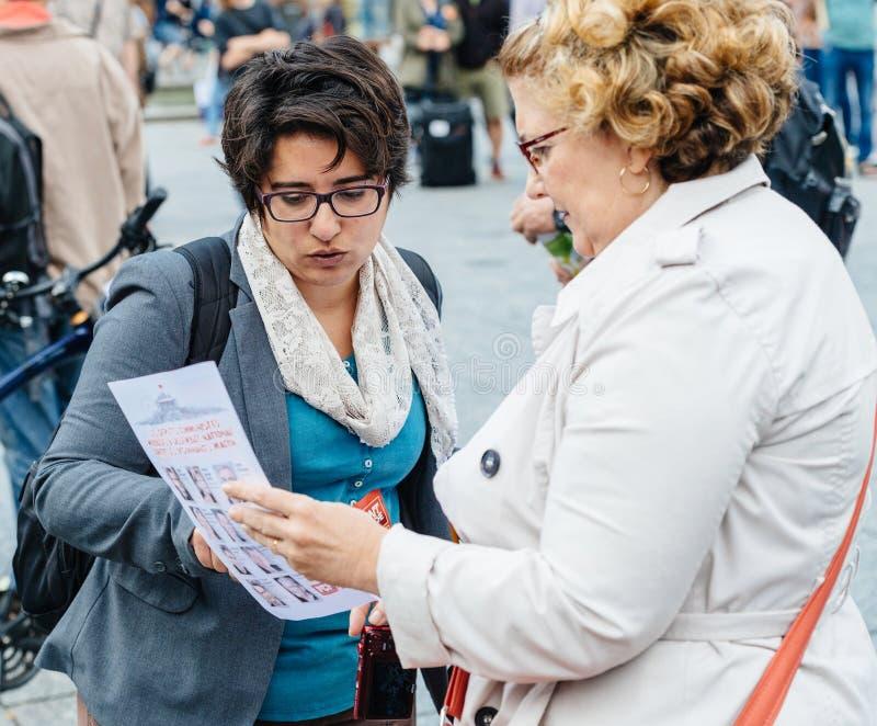 Dwa starszej kobiety debatuje przy protestem przeciw macron prezydentowi zdjęcie royalty free