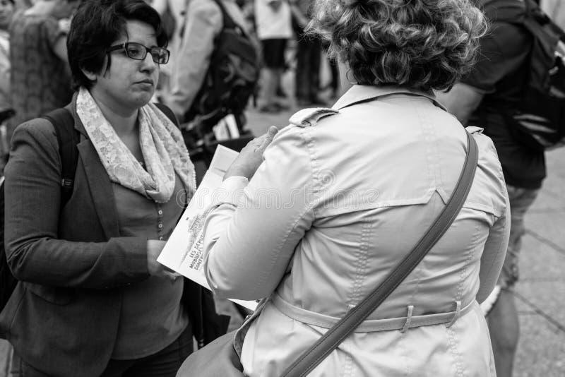 Dwa starszej kobiety debatuje przy protestem przeciw macron prezydentowi obraz stock
