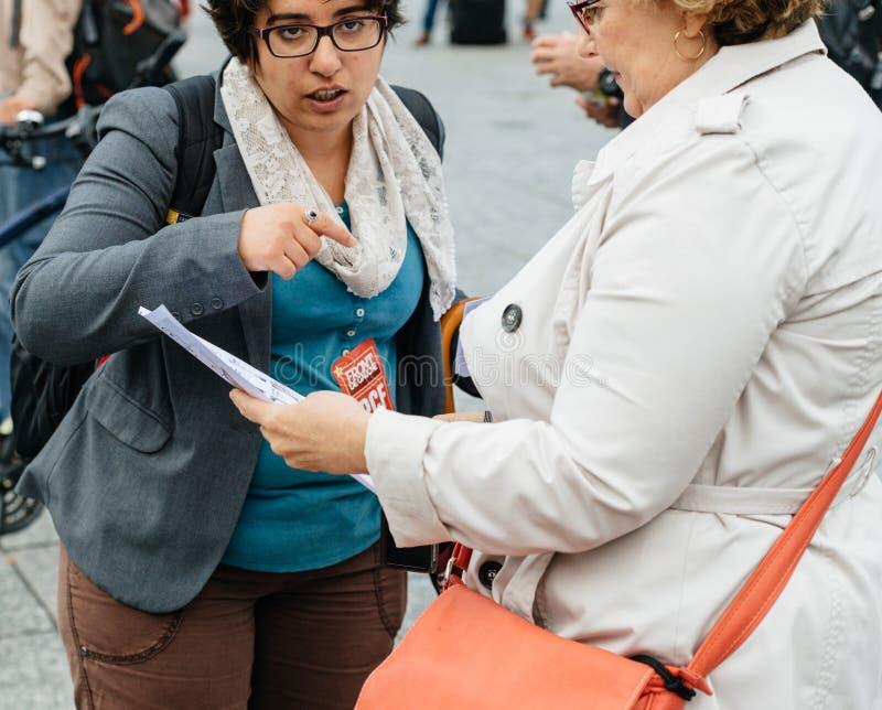 Dwa starszej kobiety debatuje przy protestem przeciw macron prezydentowi obraz royalty free