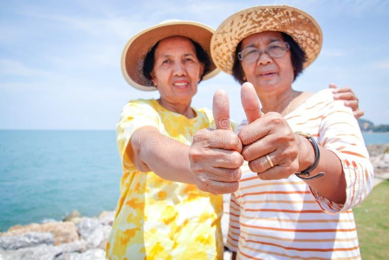 Dwa starszej kobiety są przyjaciółmi zdjęcia royalty free