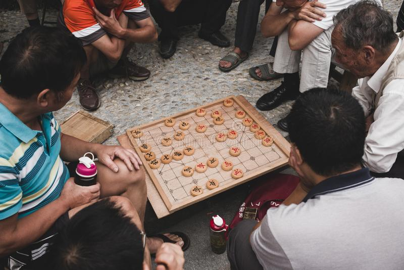 Dwa stary człowiek bawić się chińskiego szachowego xiangqi obrazy stock