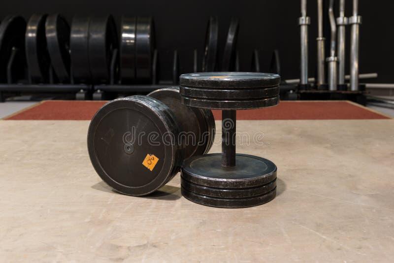 Dwa stary i używać gym czerni metalu dumbbells z srebro łańcuchem Gym wyposażenie zdjęcie stock