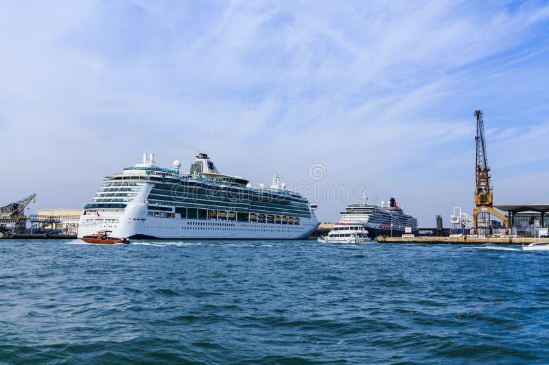 Dwa statku wycieczkowego w Wenecja schronieniu obrazy royalty free