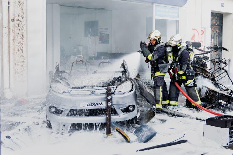 Dwa strażaka w interwenci na palącym samochodzie obraz royalty free