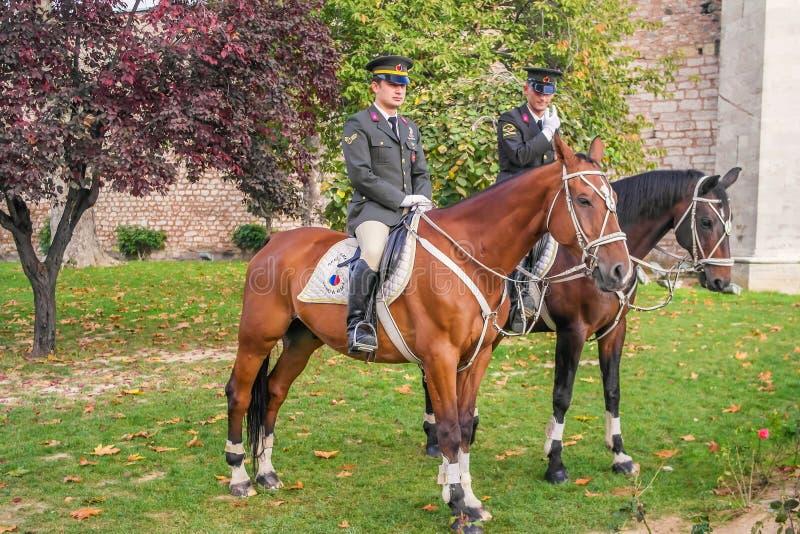 Dwa strażnika jeździeckiego konia w parku Topkapi pałac fotografia stock