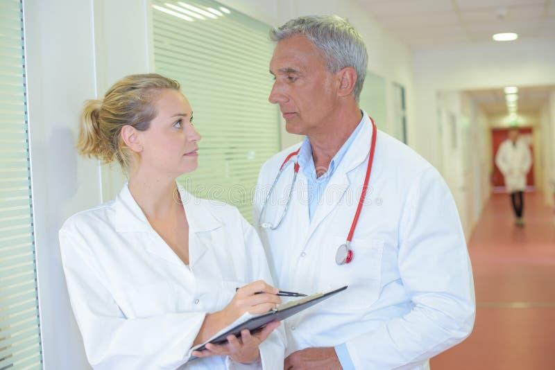 Dwa studenta medycyny w dyskusi obrazy stock