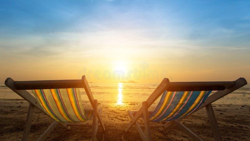 Dwa sunbeds na morze plaży podczas zmierzchu Natura zdjęcia royalty free