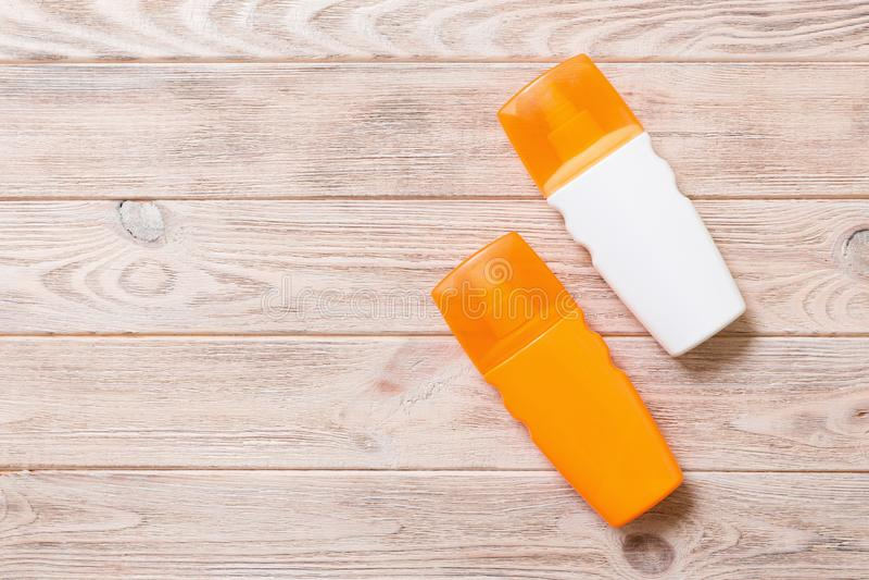 Dwa Sunscreen butelki na jaskrawym drewnianym tle, odgórny widok z kopii przestrzenią fotografia royalty free