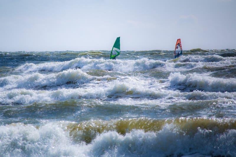 Dwa surfingowa na burzowym morzu bałtyckim w Lithuania obrazy stock