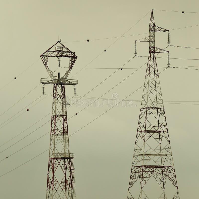 Dwa sylwetki pilony dla transportu energia obrazy stock