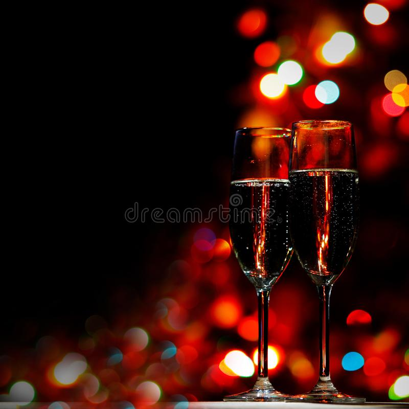 Dwa szampańskiego szkła na bokeh tle zdjęcie royalty free