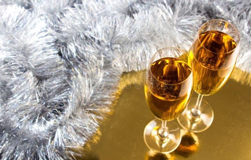 Dwa szampańskiego, wina szkła z bożego narodzenia świecidełka dekoracją lub zdjęcia royalty free