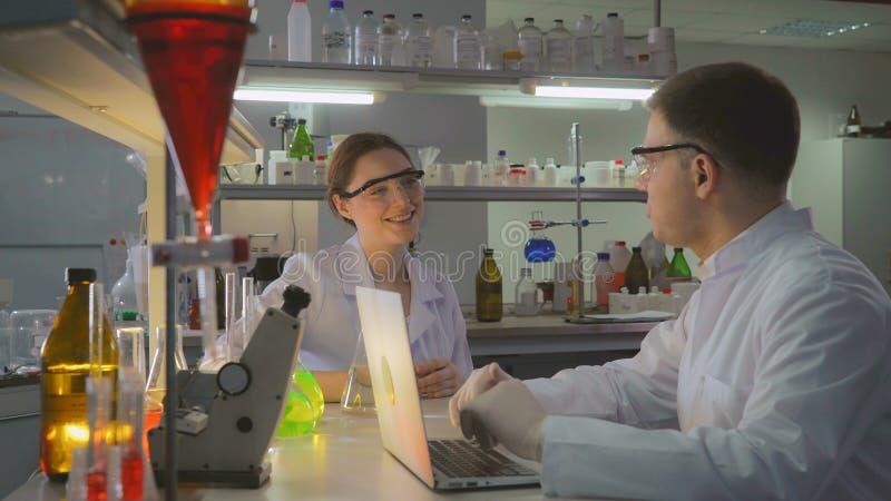 Dwa szczęśliwej lekarki opowiada w laboratorium obraz stock