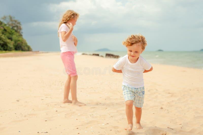 Download Dwa Szczęśliwego Dzieciaka Bawić Się Przy Plażą Obraz Stock - Obraz złożonej z zabawa, samiec: 41953899