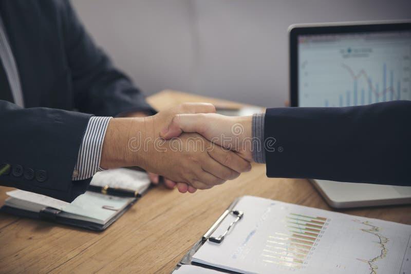 Dwa szczęśliwej biznesmena chwiania ręki zdjęcia stock